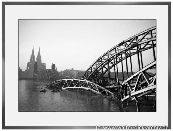 E06 - Hohenzollernbrücke im Wasser 1946